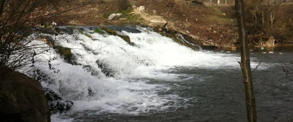 Мал водопад